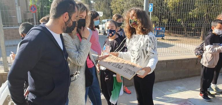 El regidor de Medi Natural, Adrià Clotet, i la regidora d'Educació, Elia Tortolero, a l'Escola Ametllers durant la jornada Let's Clean Up Europe