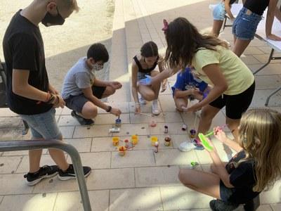 Els nens i nenes del Consell d'Infants fabricant la pancarta.