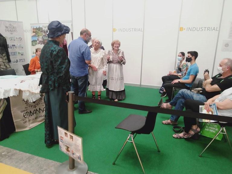 L'alcalde, Jordi Solernou, amb les actrius d'Embarrats